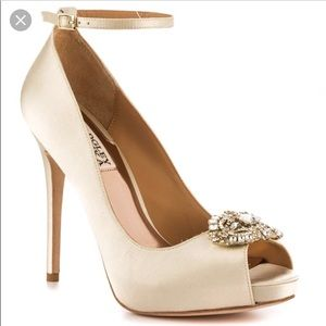 badgley mischka ivory pump